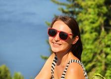 Retrato de una mujer joven hermosa que sonríe al aire libre Fotografía de archivo