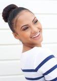 Retrato de una mujer joven hermosa que sonríe y que mira lejos Imagen de archivo libre de regalías