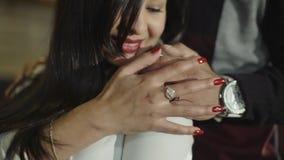 Retrato de una mujer joven latina hermosa mientras que teniendo momentos románticos en casa Cámara lenta metrajes