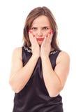 Retrato de una mujer joven malhumorada que se sostiene la cara en manos Fotos de archivo libres de regalías