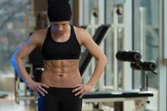Retrato de una mujer joven muscular físicamente cabida Fotos de archivo
