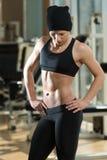 Retrato de una mujer joven muscular físicamente cabida Imagenes de archivo