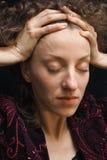 Retrato de una mujer joven, ojos cerrados Imagen de archivo