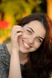 Retrato de una mujer joven pecosa hermosa Foto de archivo