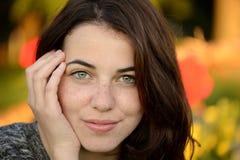 Retrato de una mujer joven pecosa hermosa Imagen de archivo