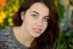 Retrato de una mujer joven pecosa hermosa Imagen de archivo libre de regalías