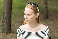 Retrato de una mujer joven pensativa que mira lejos Imagenes de archivo