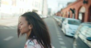 Retrato de una mujer joven que camina en las calles de la ciudad