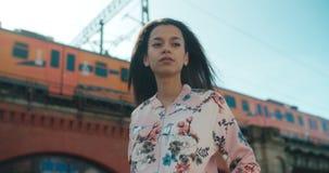 Retrato de una mujer joven que camina en las calles de la ciudad Imágenes de archivo libres de regalías