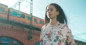 Retrato de una mujer joven que camina en las calles de la ciudad Foto de archivo