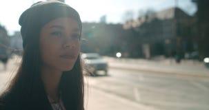 Retrato de una mujer joven que camina en las calles de la ciudad Fotografía de archivo libre de regalías