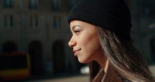 Retrato de una mujer joven que camina en las calles de la ciudad Fotografía de archivo