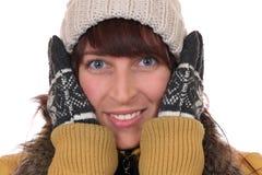 Retrato de una mujer joven que congela en el frío en invierno Fotos de archivo libres de regalías