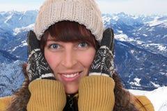 Retrato de una mujer joven que congela en el frío en invierno en Fotografía de archivo libre de regalías