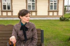 Retrato de una mujer joven que espera un tren imagenes de archivo