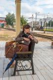 Retrato de una mujer joven que espera un tren foto de archivo