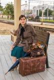 Retrato de una mujer joven que espera un tren fotos de archivo libres de regalías