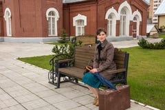 Retrato de una mujer joven que espera un tren imagen de archivo