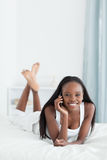 Retrato de una mujer joven que hace una llamada de teléfono Imágenes de archivo libres de regalías