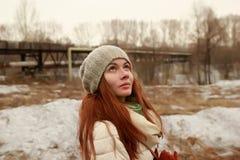 Retrato de una mujer joven que mira adentro al cielo Foto de archivo libre de regalías