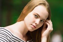 Retrato de una mujer joven que mira lejos Imagen de archivo