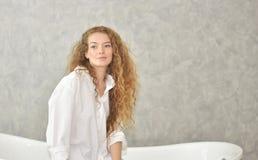 Retrato de una mujer joven que pone en bañera tiempo relajado en cuarto de baño foto de archivo libre de regalías