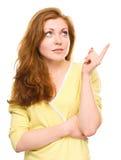 Retrato de una mujer joven que señala a la derecha Imagenes de archivo