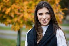 Retrato de una mujer joven que sonríe afuera Fotos de archivo