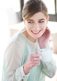 Retrato de una mujer joven que sonríe y que disfruta del A.C. Imagen de archivo