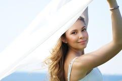 Retrato de una mujer joven que sostiene una manta de seda Imagenes de archivo