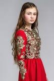 Retrato de una mujer joven sensual en vestido rojo Foto de archivo libre de regalías