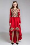 Retrato de una mujer joven sensual en vestido rojo Imagen de archivo