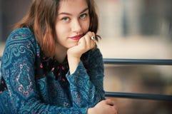 Retrato de una mujer joven seria Foto de archivo libre de regalías