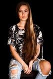 Retrato de una mujer joven sobre fondo negro Foto de archivo