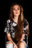 Retrato de una mujer joven sobre fondo negro Foto de archivo libre de regalías