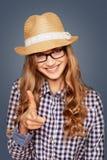 Retrato de una mujer joven sonriente con el atuendo casual que señala una f Fotografía de archivo
