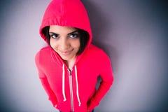 Retrato de una mujer joven sonriente en chaqueta rosada Fotos de archivo