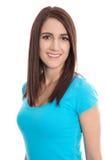 Retrato de una mujer joven sonriente en la camisa azul aislada Imágenes de archivo libres de regalías