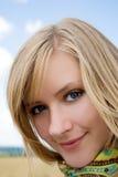 Retrato de una mujer joven sonriente hermosa Foto de archivo libre de regalías