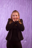 Retrato de una mujer joven sorprendida en un traje negro Fotografía de archivo