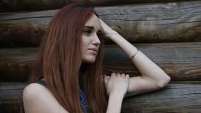 Retrato de una mujer joven triste hermosa al aire libre almacen de video