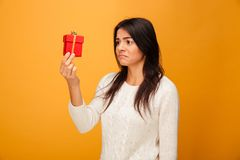 Retrato de una mujer joven triste que sostiene la pequeña caja de regalo fotografía de archivo