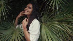 Retrato de una mujer joven y feliz que tiene a mano mehendi de tatuaje metrajes