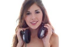 Retrato de una mujer joven y linda en auriculares Imagenes de archivo
