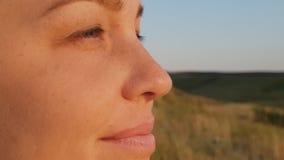 Retrato de una mujer, mujer de la forma de vida por la tarde en el primer del campo, el concepto de una forma de vida sana y metrajes