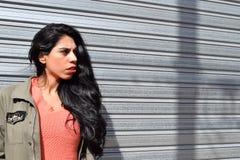Retrato de una mujer latina joven al aire libre imagen de archivo