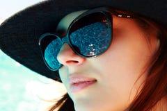 retrato de una mujer linda en gafas de sol imagenes de archivo