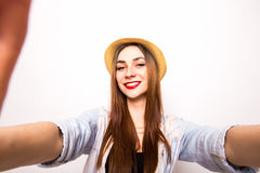 Retrato de una mujer linda sonriente que hace la foto del selfie de las manos Fotos de archivo libres de regalías