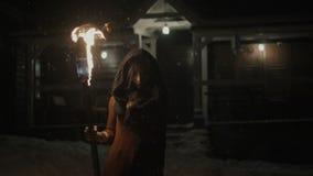 Retrato de una mujer mística joven en la oscuridad que sostiene una antorcha metrajes