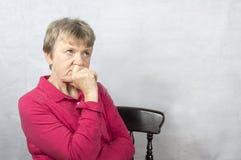 Retrato de una mujer madura con una expresión facial preocupante Imagen de archivo